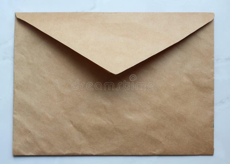 um envelope dourado vazio na tabela, papel de embalagem, espaço da cópia imagem de stock royalty free