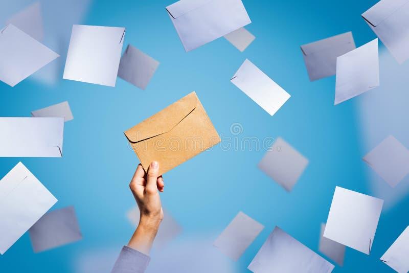 Um envelope em um fundo azul foto de stock