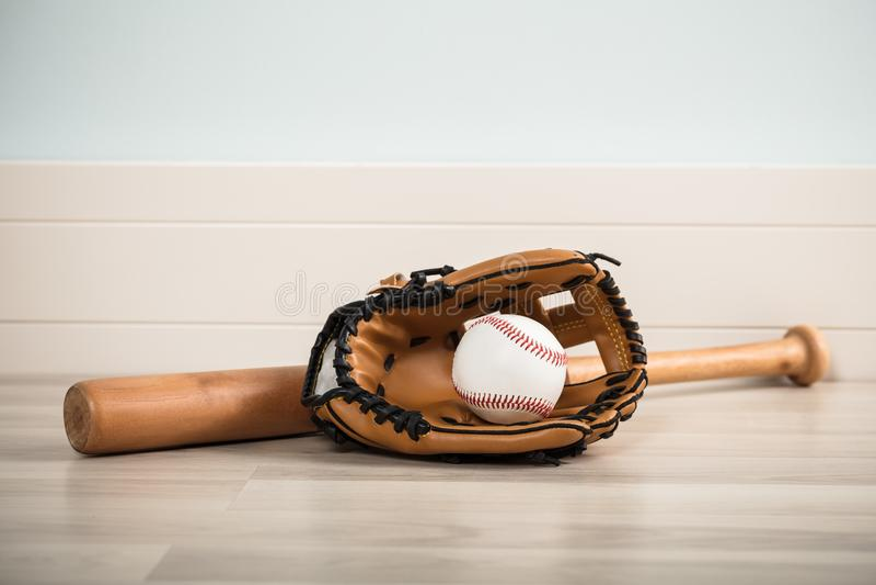 Um equipamento de basebol no assoalho imagens de stock royalty free