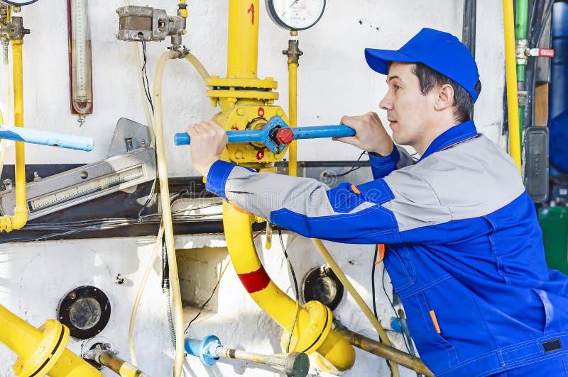 Um equipamento experiente da caldeira de gás do serviço de operador imagem de stock royalty free