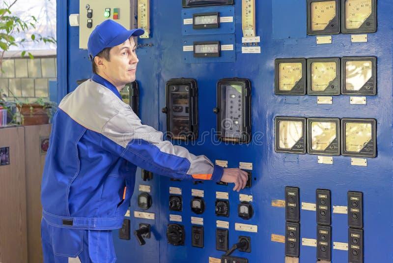 Um equipamento experiente da caldeira de gás do serviço de operador foto de stock royalty free