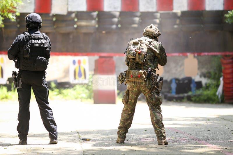 Um equivalente romeno de SIAS do GOLPE no agente da polícia dos E.U. e em um trem do soldado das forças especiais junto em uma es imagens de stock