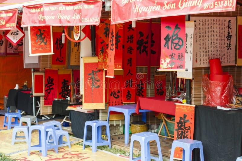 Um erudito escreve caráteres chineses da caligrafia no templo da literatura fotografia de stock