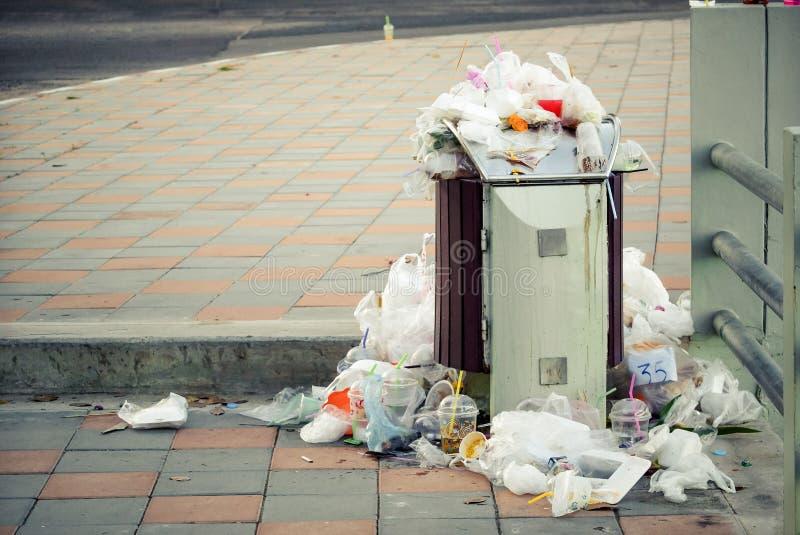 Um escaninho completamente do lixo imagens de stock royalty free