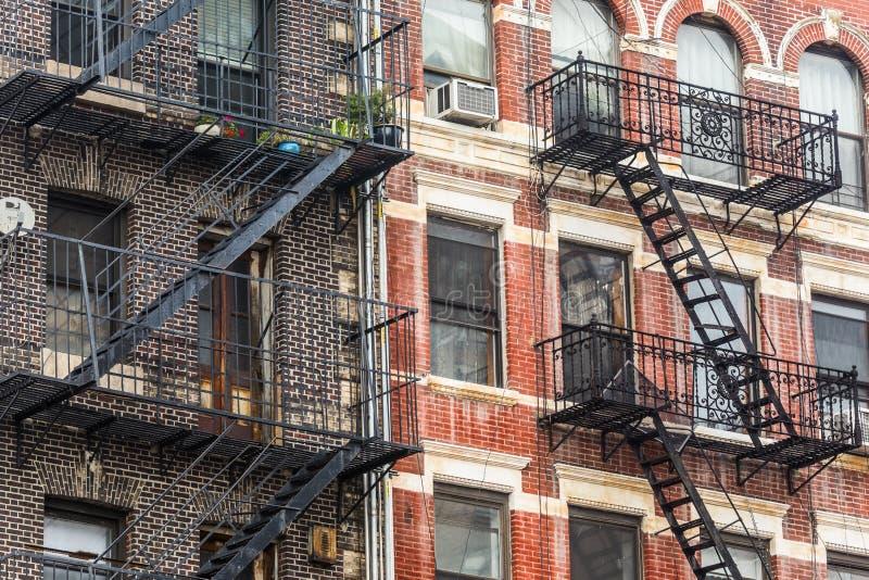 Um escape de fogo de um prédio de apartamentos em New York City fotografia de stock
