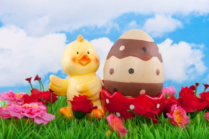 Um escudo de ovo do pintainho com um ovo de easter foto de stock royalty free