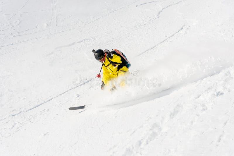 Um esquiador masculino freerider com uma barba desce o backcountry na alta velocidade da inclinação fotos de stock royalty free