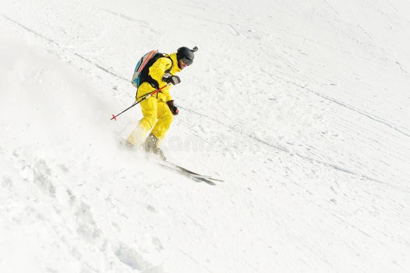 Um esquiador masculino freerider com uma barba desce o backcountry na alta velocidade da inclinação foto de stock royalty free