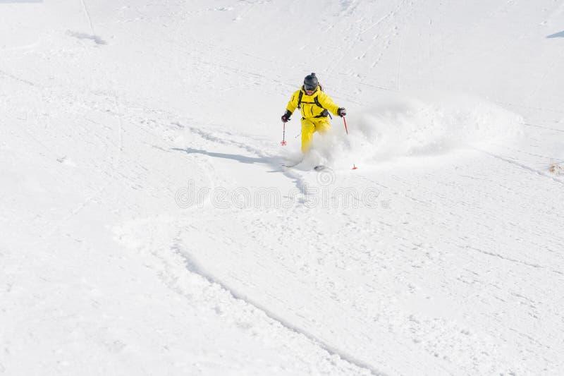 Um esquiador masculino freerider com uma barba desce o backcountry na alta velocidade da inclinação fotos de stock