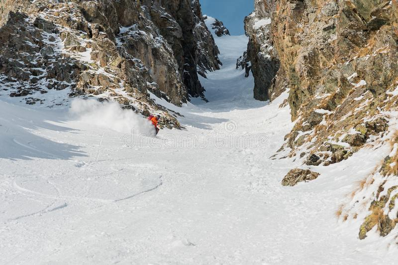 Um esquiador masculino freerider com uma barba desce o backcountry na alta velocidade da inclinação imagem de stock royalty free
