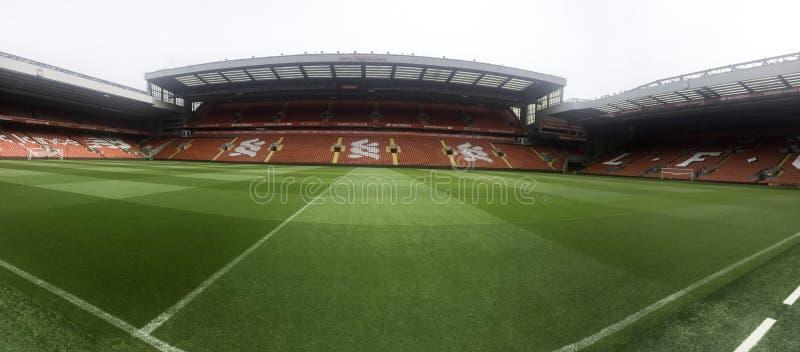 um estádio de futebol vazio com grama verde fotos de stock