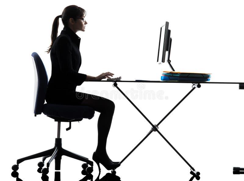 Silhueta de dactilografia de computação do computador da mulher de negócio imagens de stock