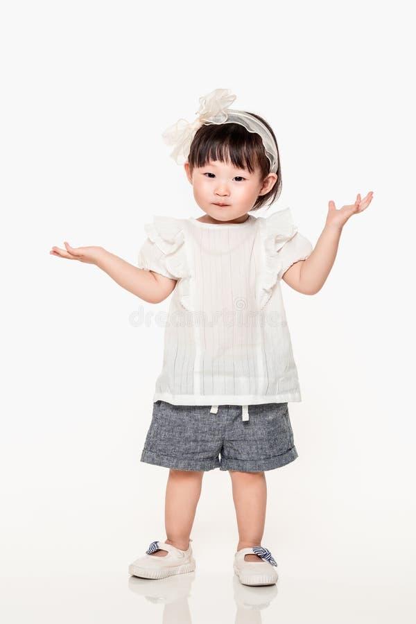Um estúdio disparou de uma jovem criança coreana da menina imagens de stock