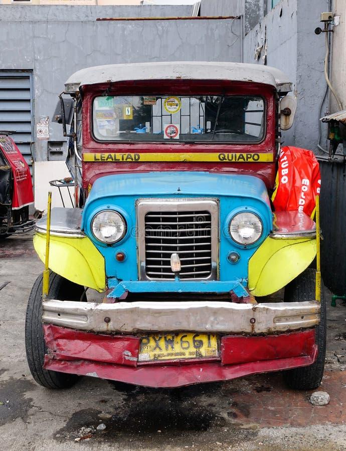 Um estacionamento do jeepney na rua em Banaue, Filipinas fotos de stock royalty free