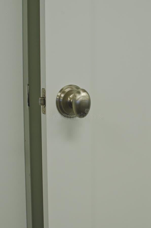 Um estar aberto com um botão de prata oval foto de stock royalty free