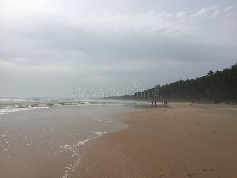 Um estiramento só da praia em Kunoor foto de stock