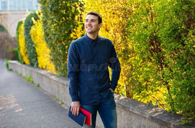 Um estudante seguro que guarda livros imagem de stock royalty free
