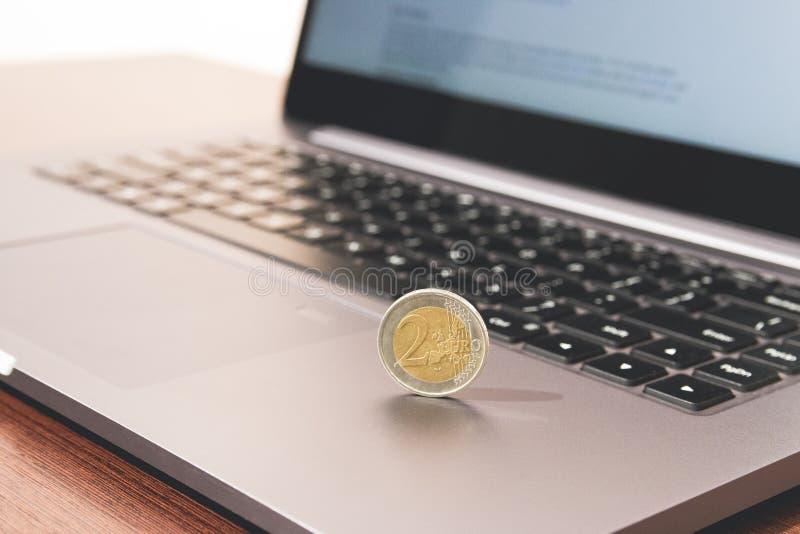 Um euro- centavo da moeda no laptoop fotografia de stock