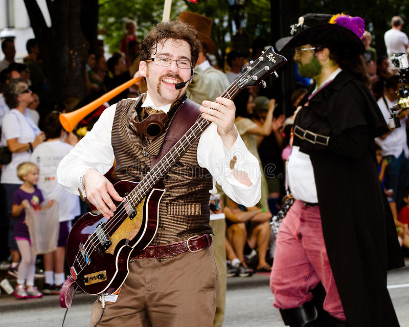 Um Executor Do Musical Joga Para A Multidão Na Parada Imagem de Stock Editorial