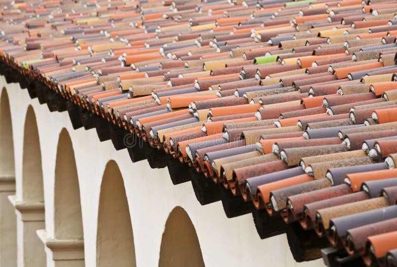 Um exemplo de um telhado espanhol e de arcos do estilo do renascimento fotografia de stock