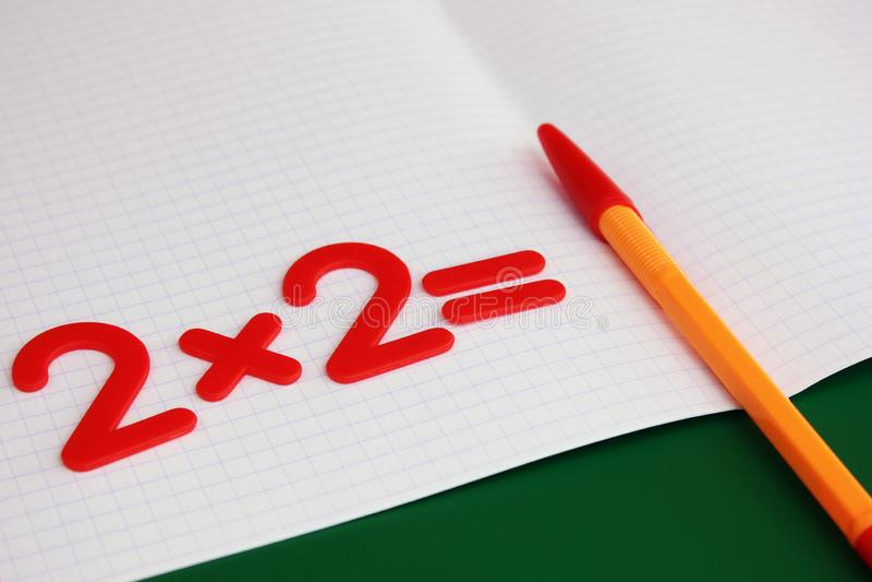 Um exemplo matemático simples em um caderno limpo da escola De volta ? escola foto de stock