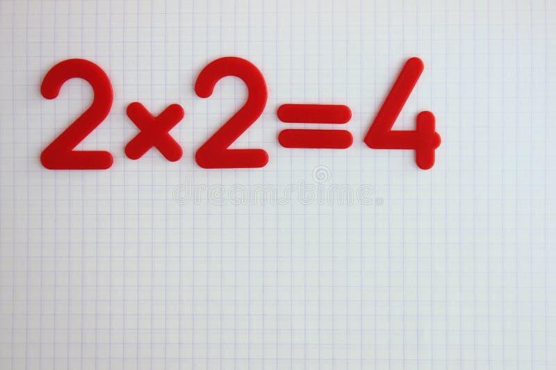 Um exemplo matemático simples em um caderno limpo da escola De volta ? escola imagens de stock