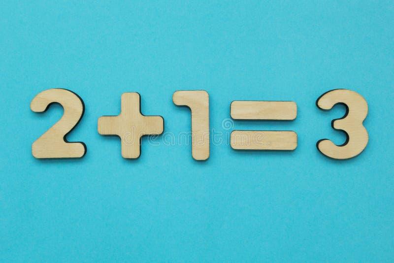 Um exemplo matemático simples para crianças em um fundo azul fotos de stock royalty free