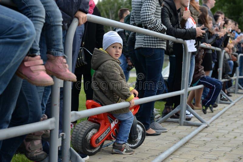 Um fã pequeno em uma motocicleta vermelha fotos de stock royalty free