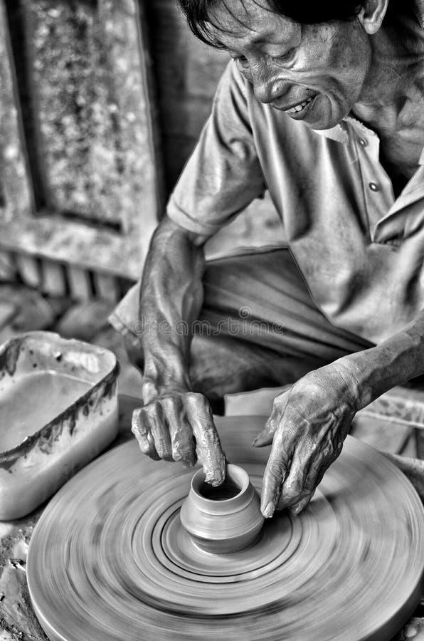 Um fabricante da cerâmica em Vietname fotos de stock royalty free