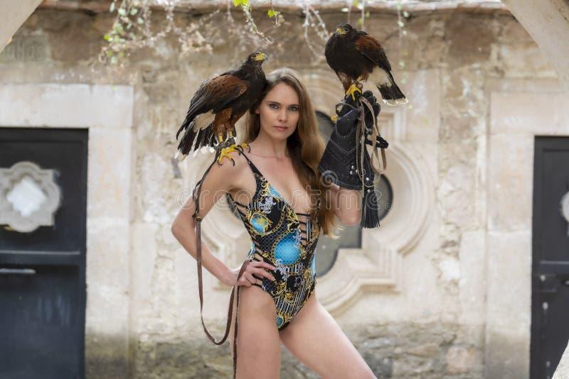 Um falc?o moreno latino-americano bonito de Poses Outdoors With A do modelo na fazenda de A fotografia de stock royalty free