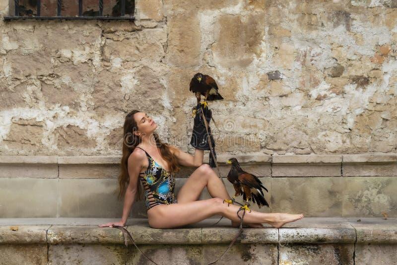 Um falc?o moreno latino-americano bonito de Poses Outdoors With A do modelo na fazenda de A foto de stock royalty free