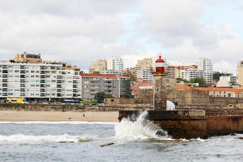 Um farol no beira-mar de Oceano Atlântico em Porto, Portugal fotos de stock