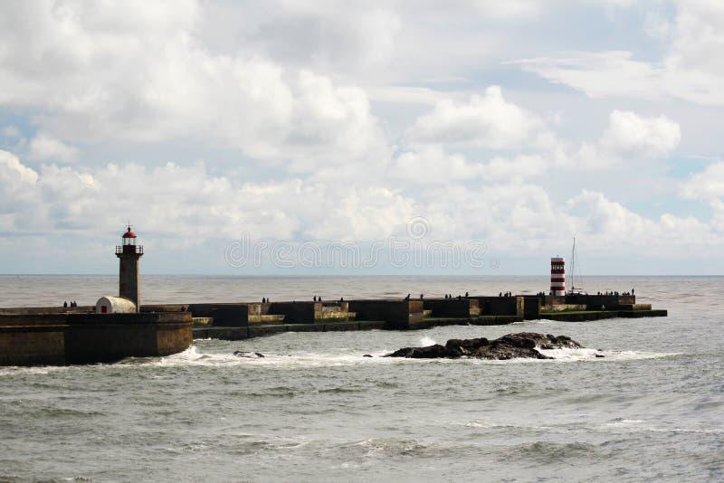 Um farol no beira-mar de Oceano Atlântico em Porto, Portugal fotografia de stock