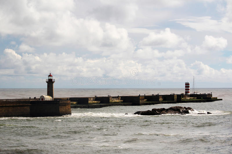 Um farol no beira-mar de Oceano Atlântico em Porto, Portugal imagens de stock royalty free