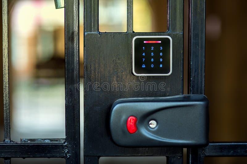 Um fechamento da segurança em uma porta do ferro imagens de stock royalty free