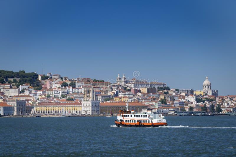 Um ferryboat tradicional Cacilheiro que cruza o Tagus River em Lisboa imagem de stock