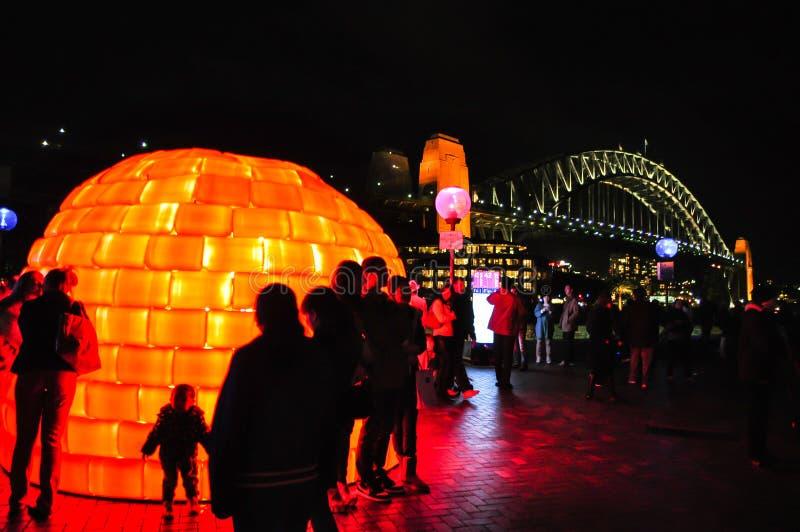 Um festival de iluminação exterior anual com as instalações da casa alaranjada do esquimó e projeções claras immersive 'Sydney ví imagem de stock royalty free