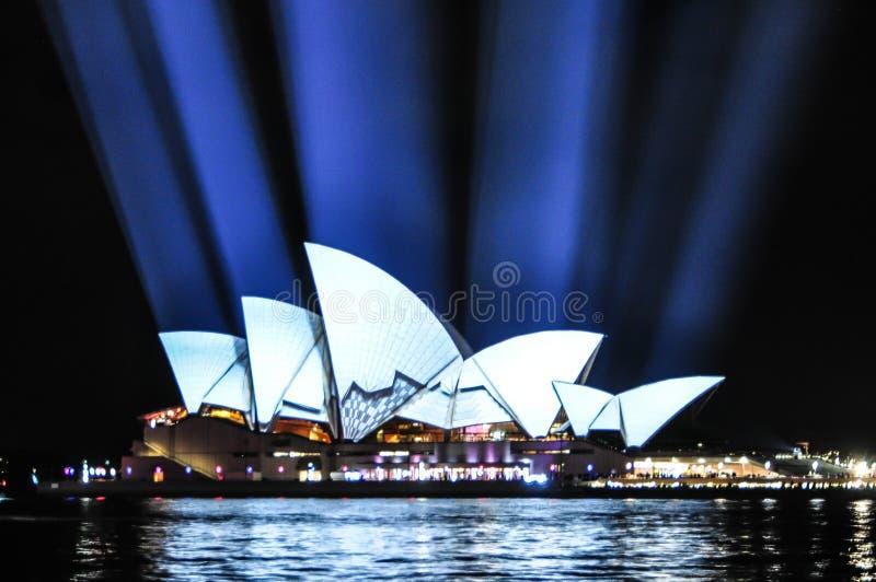 Um festival de iluminação exterior anual com as instalações e projeções claras immersive 'Sydney vívido 'a imagem no teatro da óp imagens de stock