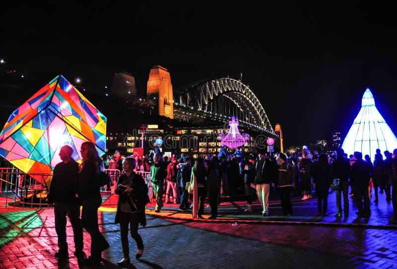 Um festival de iluminação exterior anual com as instalações e projeções claras immersive 'Sydney vívido 'perto da ponte do porto foto de stock