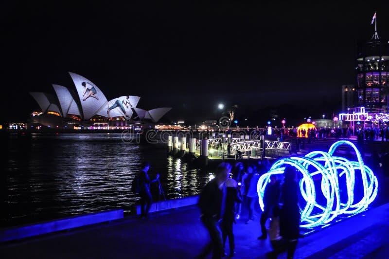 Um festival de iluminação exterior anual com as instalações e projeções claras immersive do teatro da ópera 'em Sydney vívido ' imagens de stock
