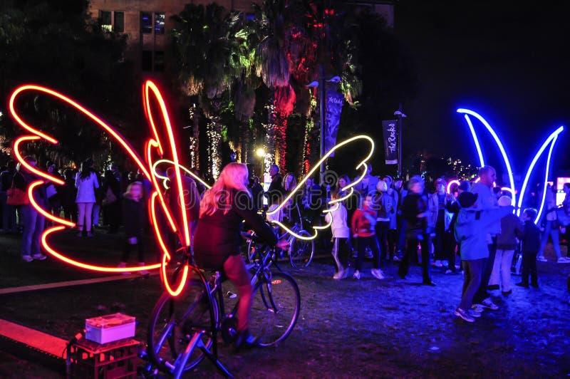Um festival de iluminação exterior anual com a bicicleta da pá para iluminar acima as instalações e as projeções claras immersive imagem de stock royalty free