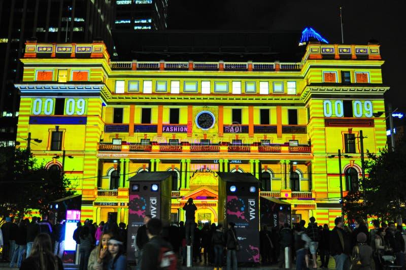 Um festival exterior anual da iluminação com ` vívido claro immersive de Sydney do ` das instalações e das projeções imagem de stock