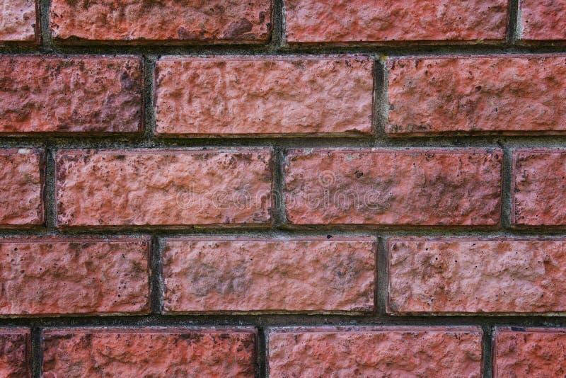 Um fim acima de um vermelho bricked a parede Textura ladrilhosa A alvenaria articulou o fundo Emendas de uma parede de tijolo Blo fotografia de stock royalty free