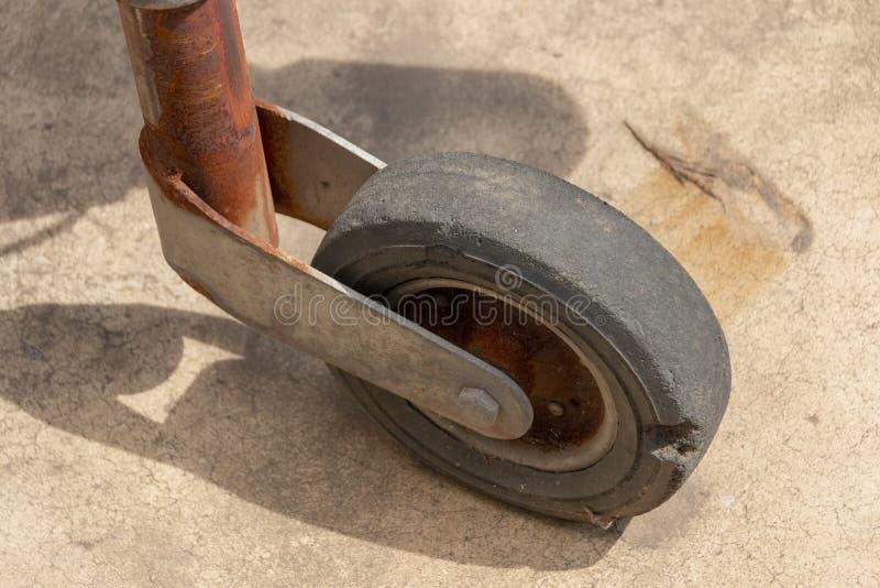 Um fim acima do freio e da roda de um reboque foto de stock