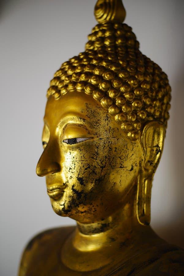 Um fim acima do tiro de uma estátua dourada bonita de buddha no templo de Wat Pho em Banguecoque, Tailândia imagens de stock