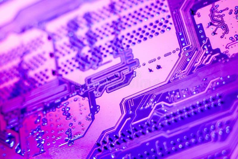Um fim violeta da placa de circuito acima