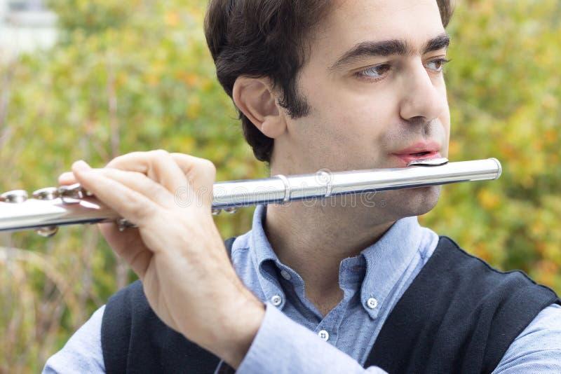 Um flautista masculino que joga fora imagem de stock