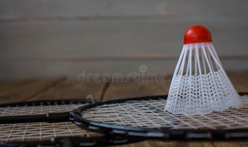 Um foguete do badminton e para um badminton do jogo imagens de stock royalty free