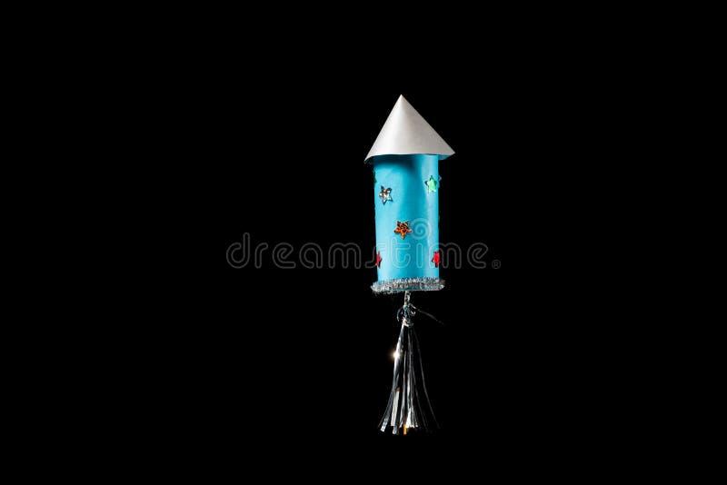 Um foguete feito do rolo do papel higiênico por uma criança foto de stock royalty free