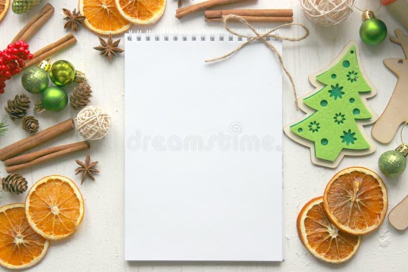 Um formulário para escrever uma letra das felicitações Foto da posição lisa com bloco de notas, pena, decoração do Natal no fundo foto de stock royalty free